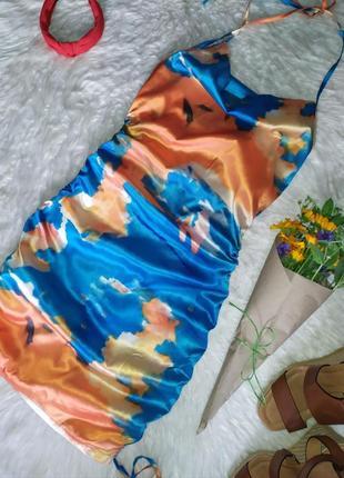 Актуальное атласное платье в принт тай-дай размер s бренда cbr