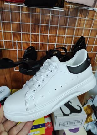Белые классические кроссовки с черным задником