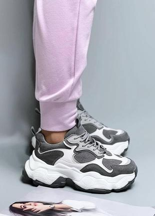 Женские серые кроссовки с белыми вставками