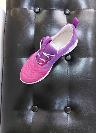 Яркие стильные кроссовки