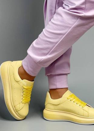 Женские стильные желтые кроссовки