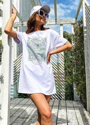 Платье-футболка в белом цвете с принтом листья