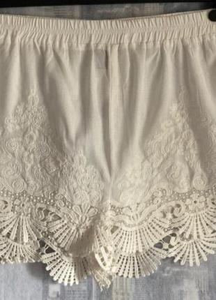 Белые пляжные шорты с кружевом new look