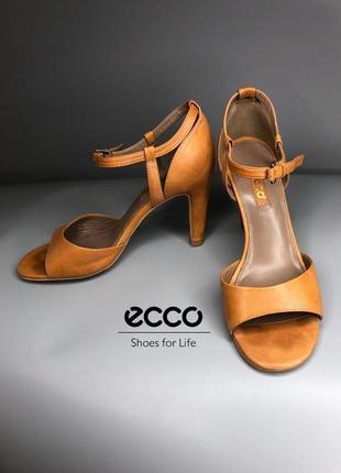 Фирменные кожаные босоножки на каблуке бежевые песочные женственные сандали рыжие ecco owens lang