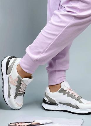 Женские стильные белые кроссовки с цветными вставками
