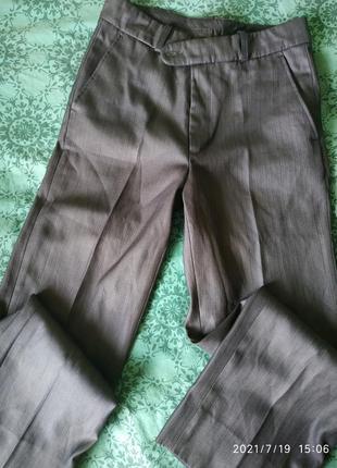Класические брюки на парня в идеальном состоянии.