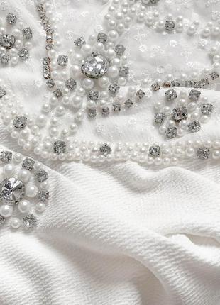 Cногсшибательное белоснежное платье с роскошно расшитым жемчугом и камнями верхом3 фото