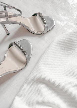 Cногсшибательное белоснежное платье с роскошно расшитым жемчугом и камнями верхом4 фото