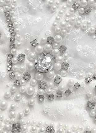 Cногсшибательное белоснежное платье с роскошно расшитым жемчугом и камнями верхом5 фото