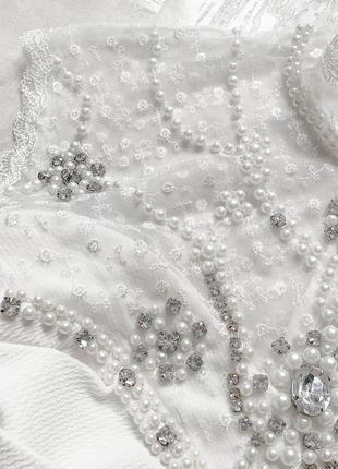 Cногсшибательное белоснежное платье с роскошно расшитым жемчугом и камнями верхом6 фото