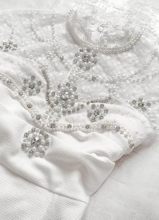 Cногсшибательное белоснежное платье с роскошно расшитым жемчугом и камнями верхом2 фото