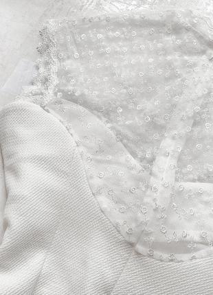 Cногсшибательное белоснежное платье с роскошно расшитым жемчугом и камнями верхом7 фото