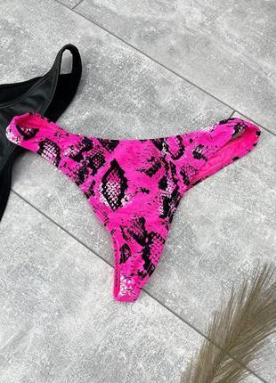 Ярко розовые неоновые плавки стринги в змеиный принт