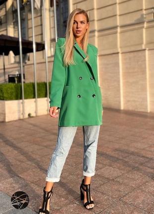 Удлиненный зелёный пиджак блейзер на пуговицах