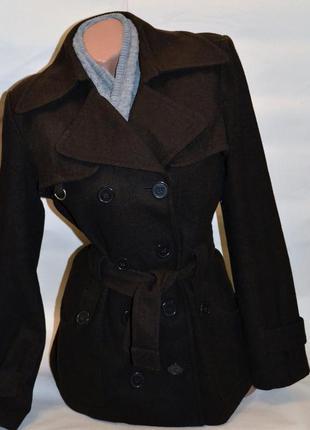 Пальто демисезон коричневого цвета.