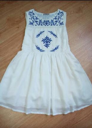 Очень красивое белое платье с вышивкой.