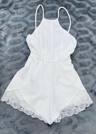 Белый ромпер комбинезон с шортами и открытой спиной