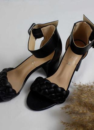 Чёрные летние плетёные босоножки с косичкой на каблуке