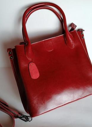 Шикарная кожаная сумка на три отделения в деловом стиле.