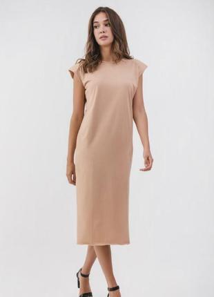 Трендовое трикотажное платье миди с подплечниками