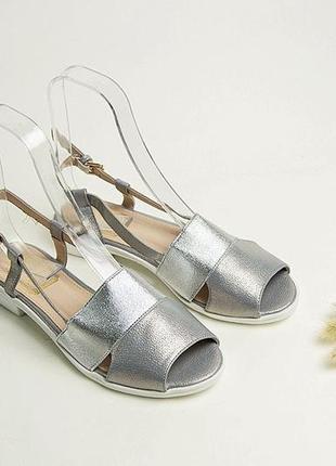 Серебристые летние босоножки на низком ходу сандали