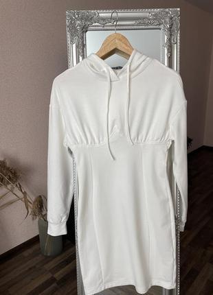 Платье с капюшоном и строчками на груди