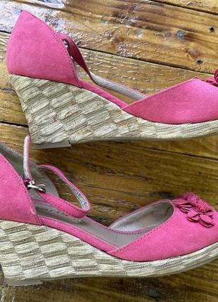 Фирменные розовые босоножки 👡