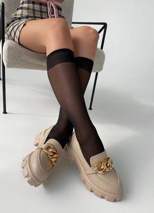 Бежевые туфли с цепочкой туфли лоферы на массивной подошве