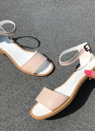 Бежевые босоножки с закрытой пяткой на низком каблуке