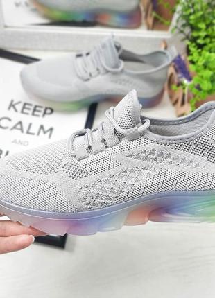 Текстильные серые кроссовки с разноцветной подошвой