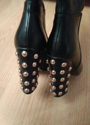 Чорні чоботи з оригінальним каблуком\черные сапоги с оригинальным каблуком