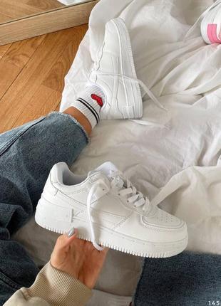 Белые кроссовки женские на массивной подошве