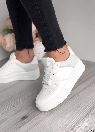 Белые кроссовки на массивной подошве серые вставки