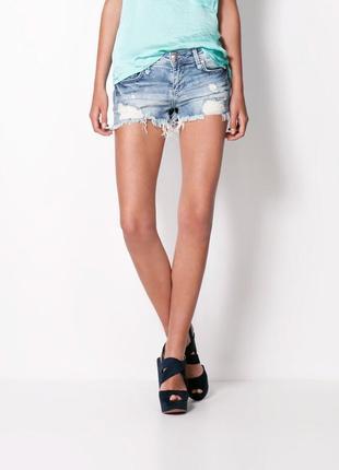 Светлые джинсовые шорты с порватостями