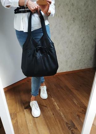 Черная сумка из натуральной кожи.
