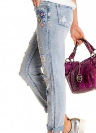 Рваные джинсы с вышивкой италия