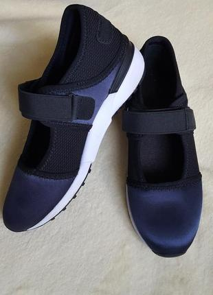 Кроссовки, туфли.