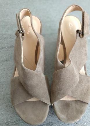 Кожаные фирменные женские базовые босоножки от clarks 38 р