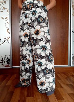 Легкие широкие пляжные брюки палаццо в цветах
