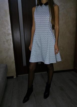 Платье с контрастным чёрным воротником в стиле питер пен