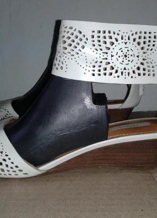 Босоножки на низком калуке танкетка кожа натуральная бренд  geox