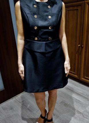 Стильное чёрное платье с карманами и золотой фурнитурой платье пиджак