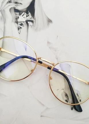 Компьютерные очки в золотой металлической оправе