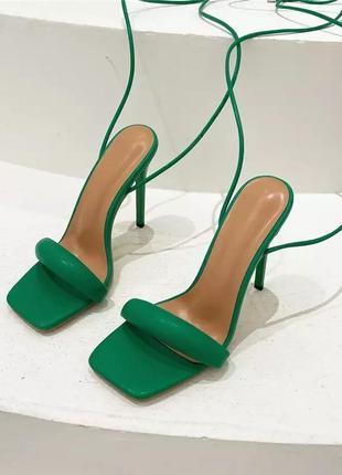 Босоножки с завязками на каблуке