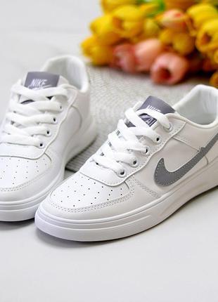 Белые кроссовки из экокожи