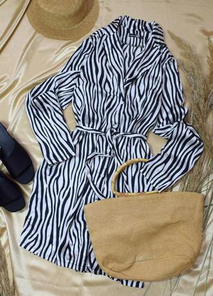 Сатинове плаття-сорочка з принтом і поясом