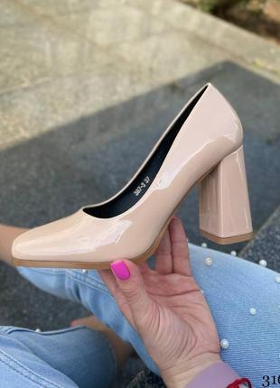 Элегантные женские лаковые бежевые туфли