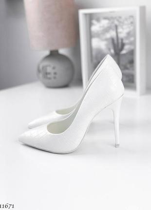Шикарные белые туфли лодочки на шпильке