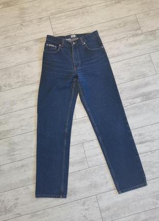 Синие джинсы мом calvin klein