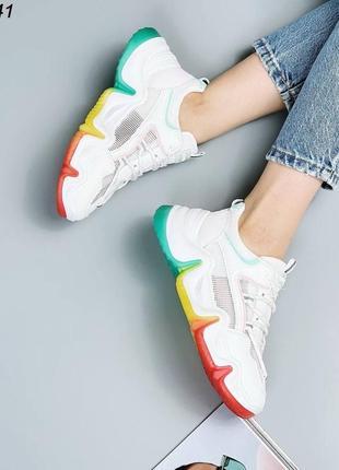 Женские белые кроссовки на яркой цветной подошве